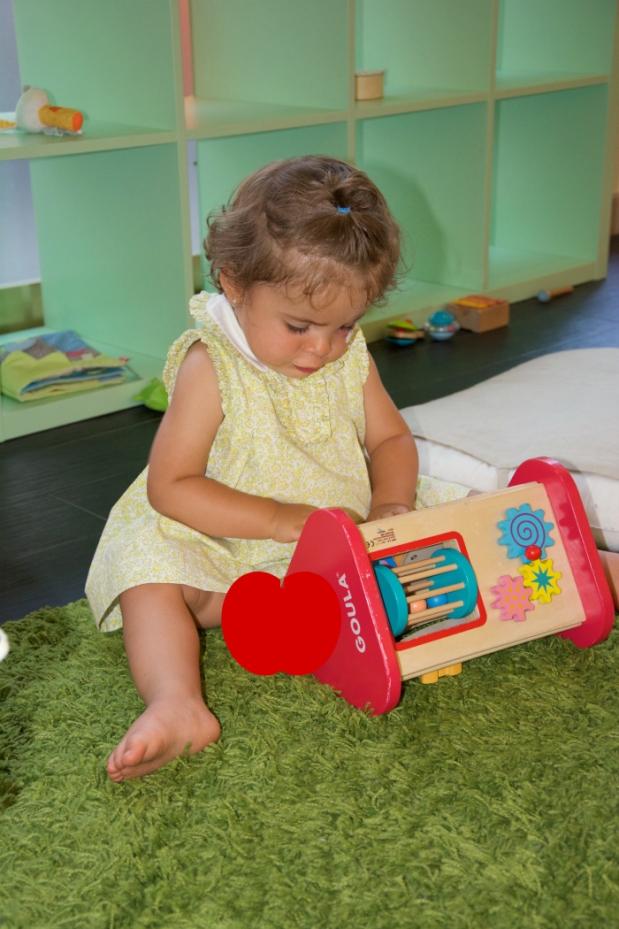 nino o bebe trilingue jugando