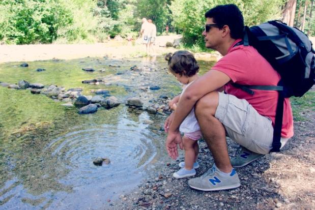 papa con su bebe sierra de madrid boca del asno en el rio eresma